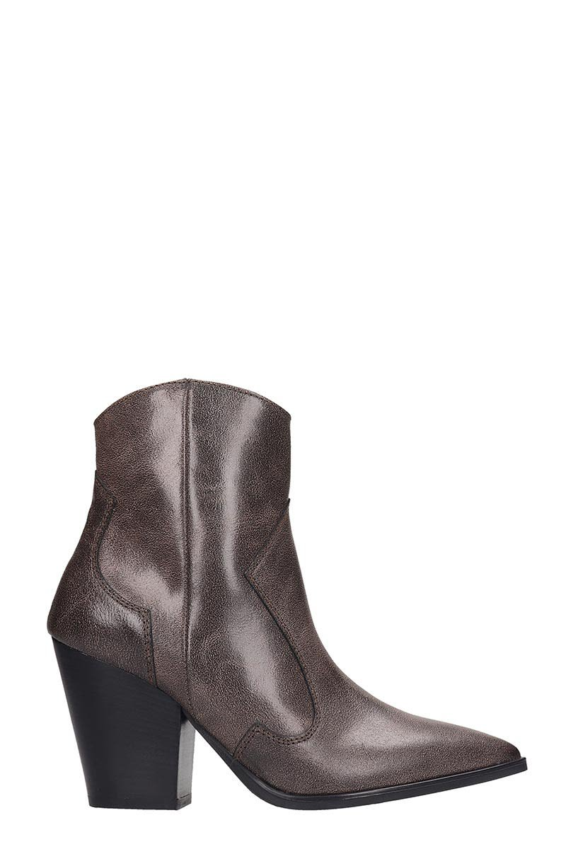 Janet & Janet Ankle Boots In Brown Leather
