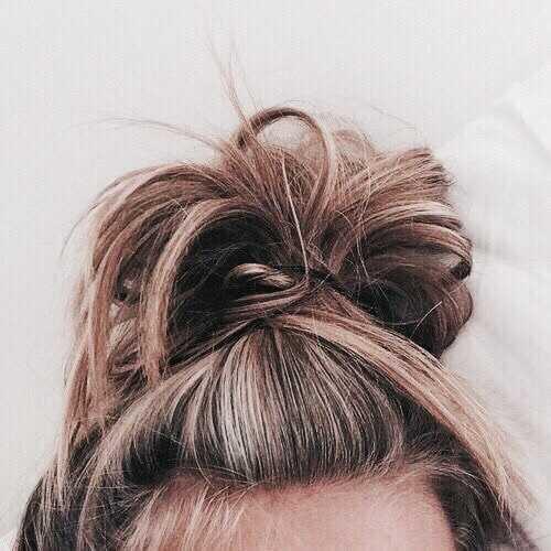 hair, hairstyle e messy bun imagem no We Heart It